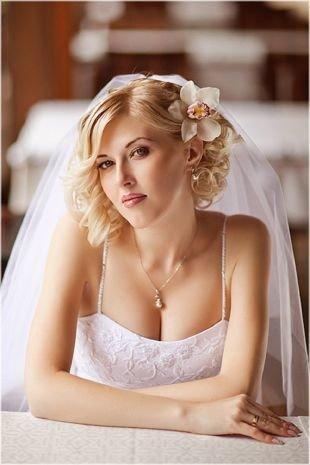 Свадебные прически с фатой, нежная свадебная прическа на короткие волосы