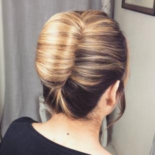 Мелирование на темные волосы, прическа классическая ракушка на длинные волосы