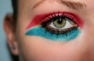 Креативный макияж, экстравагантный макияж для зеленых глаз красными и синими тенями