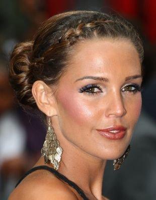 Прически на выпускной на средние волосы, прическа на основе французской косы с пучком