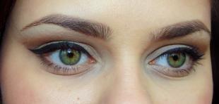 Макияж для тёмно зелёных глаз и тёмных волос, красивый повседневный макияж со стрелками