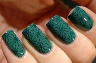 Кружевные рисунки на ногтях, темно-зеленый маникюр с помощью стемпинга