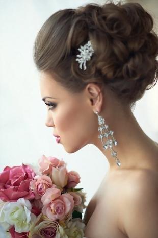 Цвет волос шатен, высокая свадебная прическа с начесом