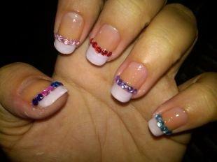 Рисунки на квадратных ногтях, белый френч с цветными стразами