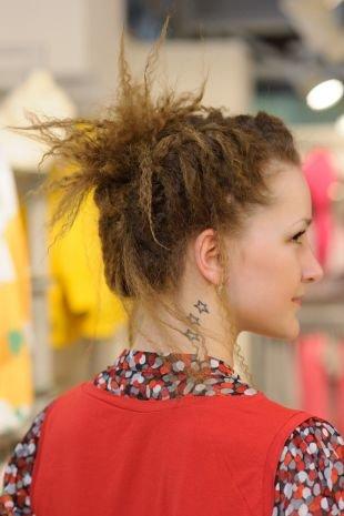 Коричнево рыжий цвет волос, гофрированные волосы, собранные в высокий пучок