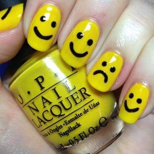 Двухцветный маникюр, смайлики на желтых ногтях