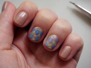 Бежевый маникюр, легкий цветочный дизайн ногтей