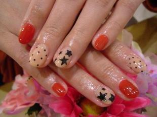 Красный маникюр, бежево-красный дизайн ногтей со звездами и горошком