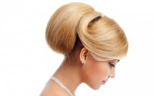 Прически в стиле 50 х годов на длинные волосы, объемный пучок