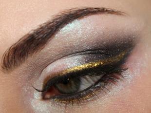 Макияж для русых волос и серых глаз, макияж с золотыми стрелками