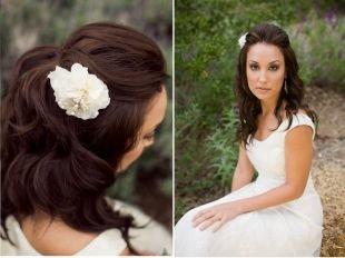 Темно каштановый цвет волос, романтическая свадебная прическа на средние волосы