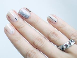 Геометрические рисунки на ногтях, бежевый маникюр с полосками из фольги и мерцающим лаком
