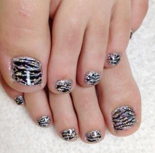 Рисунки зебры на ногтях, дизайн педикюра с принтом зебры