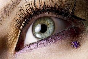 Макияж со стразами, макияж для серых глаз с сиреневыми тенями и стразами