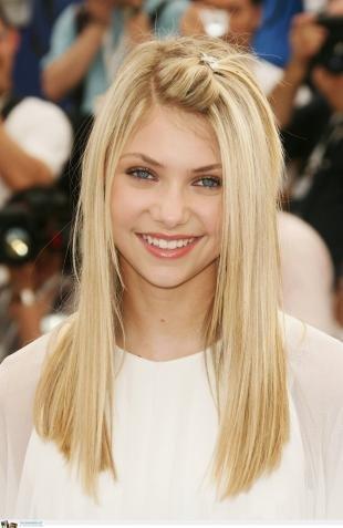 Молочный цвет волос, красивая прическа с распущенными волосами