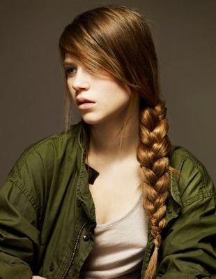 Прически с челкой на длинные волосы, прическа на последний звонок - классическая коса, заплетенная сбоку