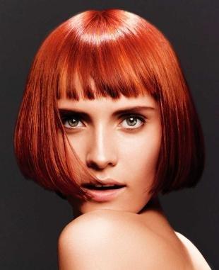 Ярко рыжий цвет волос на средние волосы, стрижка каре с короткой челкой