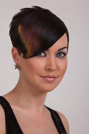 Иссиня-черный цвет волос, экстравагантная стрижка для тонких волос