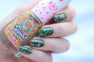 Маникюр на осень, темно-зеленый дизайн ногтей с цветными блестками