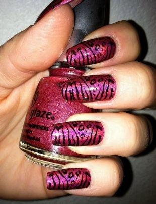 Дизайн нарощенных ногтей, розовый маникюр с тигровым принтом