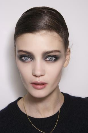 Темный макияж для шатенок, классический дымчатый макияж для серых глаз