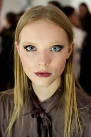 Макияж для голубых глаз под голубое платье, макияж с модных показов