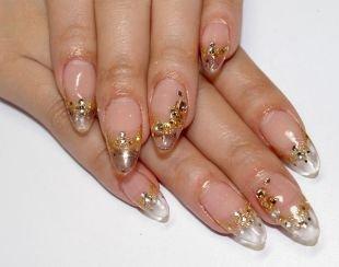 Витражный френч, прозрачный дизайн ногтей с золотистой пудрой и стразами
