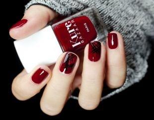 Абстрактные рисунки на ногтях, красный глянцевый маникюр с черными полосками