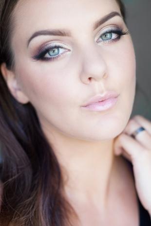Макияж под фиолетовое платье, очаровательный макияж для серо-голубых глаз