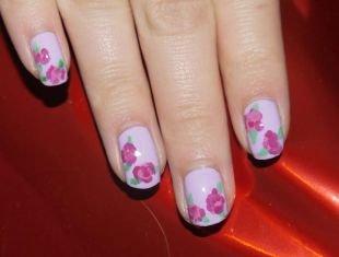 Маникюр разными лаками, светло-сиреневый маникюр с розовыми цветами