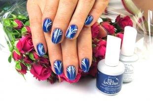 Дизайн ногтей, синий маникюр с белым рисунком