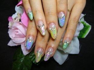 Рисунки на острых ногтях, многоцветный лунный маникюр со стразами