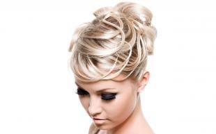 Цвет волос холодный блонд, роскошная праздничная прическа на длинные волосы