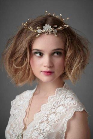 Светло коричневый цвет волос на средние волосы, греческая прическа с венком