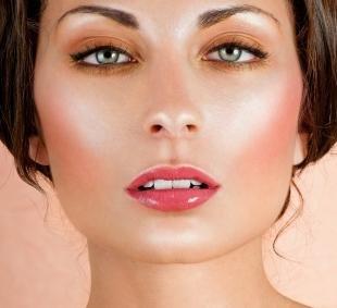 Макияж для квадратного лица, макияж с эффектом сияющей кожи