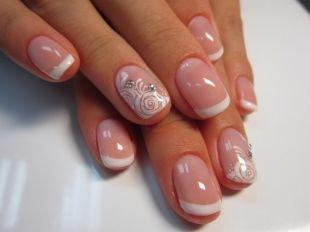 Нежные рисунки на ногтях, французский маникюр шеллаком с розами и стразами