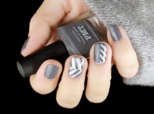Рисунки на белом ногте, серо-белый стильный маникюр