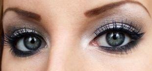 Вечерний макияж со стрелками, серебристая палитра теней для глаз серого цвета