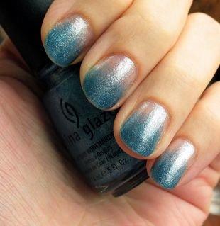 Маникюр омбре, градиентный голубо-белый маникюр с блестками на коротких ногтях