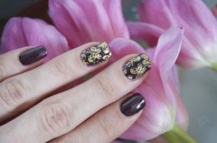 Рисунки золотом на ногтях, темно-коричневый маникюр с золотыми бабочками