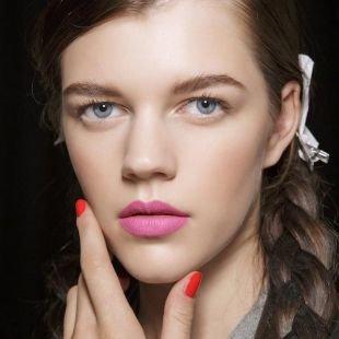 Макияж для бледной кожи, весенний макияж с яркой розовой помадой