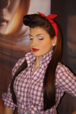 Темно рыжий цвет волос, макияж в стиле пин-ап