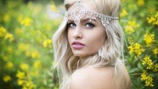 Цвет волос холодный блонд, свадебная прическа с тонкой диадемой на резинке