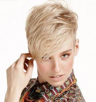 Холодно бежевый цвет волос, модная короткая стрижка с удлиненными передними прядями