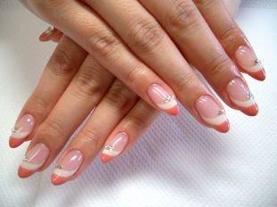 Школьный маникюр на короткие ногти, персиково-белый твист-френч со стразами