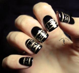 Дизайн коротких ногтей, черный маникюр с золотыми рисунками