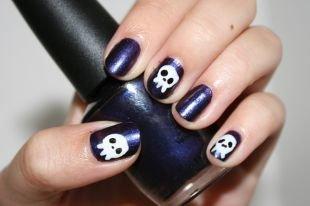 Маникюр на хэллоуин, синий маникюр с черепами