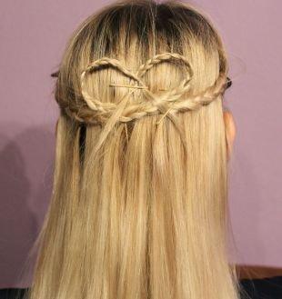 Светлый цвет волос на длинные волосы, прическа на 1 сентября в виде сердца из косичек