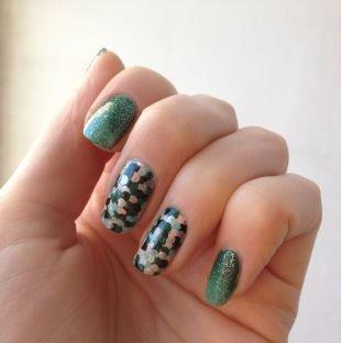 Современные рисунки на ногтях, чешуйчатый маникюр в зеленой гамме