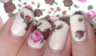 Маникюр с цветами, розы на белом фоне